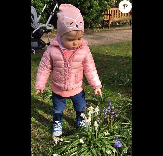 La princesse Leonore de Suède réjouie par l'arrivée du printemps. Photo du Facebook de la princesse Madeleine de Suède, le 17 avril 2015.