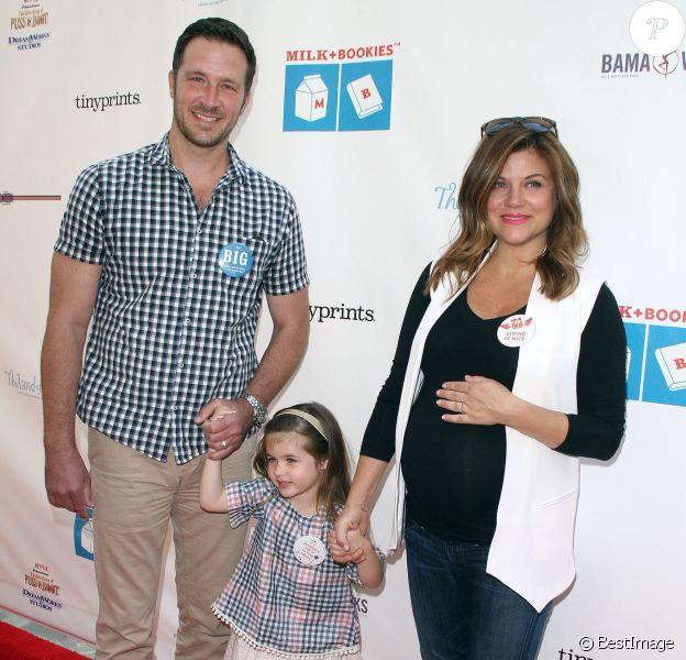 Tiffani Thiessen, enceinte, avec son mari Brady Smith et leur fille Harper à la 6ème soirée annuelle de «Milk+Bookies» à Los Angeles, le 19 avril 2015