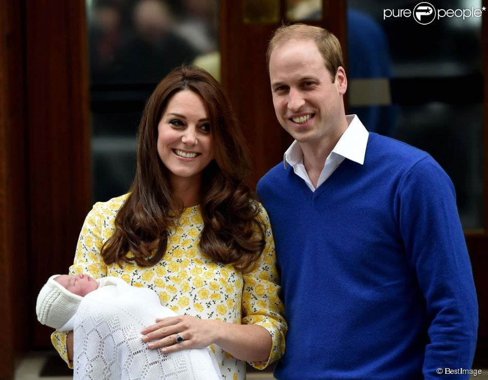 La duchesse Catherine de Cambridge et le prince William avec leur fille la princesse Charlotte devant l'hôpital St Mary de Londres le 2 mai 2015