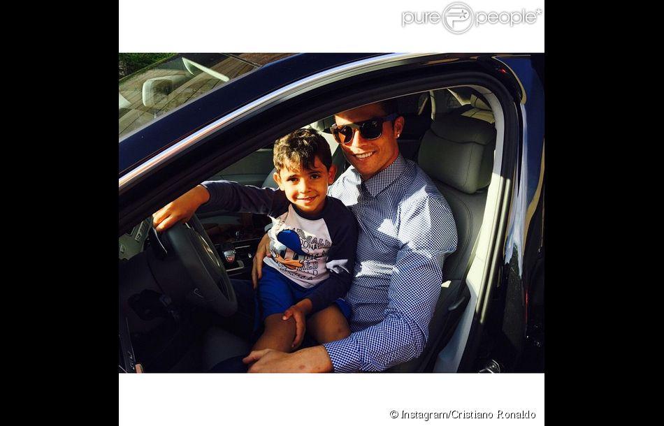Cristiano Ronaldo et son fils Cristiano Jr - photo publiée sur le compte Instagram du joueur le 21 avril 2015