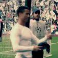 Cristiano Ronaldo offre son maillot à un enfant touché par l'un de ses coups-francs, le 22 avril 2015 au stade Santiago Bernabeu de Madrid