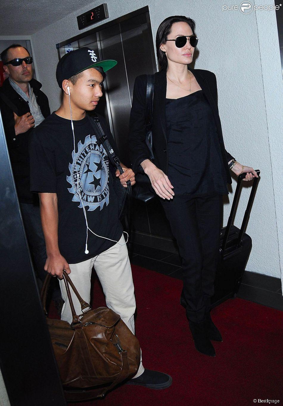 Angelina Jolie, son frère James Haven et son fils Maddox arrivent à l'aéroport de Los Angeles, le 25 avril 2015.