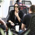 Jessie J discute avec des amis dans son hôtel à Miami, le 16 février 2015.