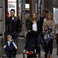 Michael Buble se promène dans les rue de Madrid avec sa femme Luisana Lopilato et son fils Noah, le 27 april 2015