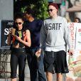 Exclusif - Robert Pattinson est allé déjeuner avec sa petite amie FKA Twigs à Los Angeles le 21 novembre 2014