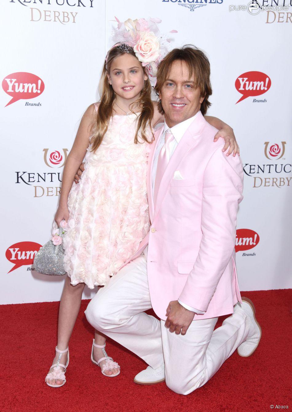 Larry Birkhead et sa fille Dannielynn, dont la maman est la défunte Anna Nicole Smith, assistent au Kentucky Derby de Louisville dans le Kentucky, le 2 mai 2015.