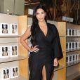 """Kim Kardashian en séance de dédicaces de son livre """"Selfish"""" à la librairie Barnes & Noble du centre commercial The Grove. Los Angeles, le 7 mai 2015."""