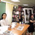 """Kim Kardashian, confrontée par des activistes anti-fourrure à sa séance de dédicaces du livre """"Selfish"""" à la librairie Barnes & Noble. New York, le 5 mai 2015."""