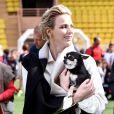 """La princesse Charlene de Monaco et son petit chihuahua """"Monte"""" lors de la 5e édition du """"Tournoi Sainte-Dévote"""" le samedi 11 avril 2015, au Stade Louis II de Monaco"""