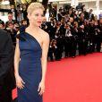 """Sienna Miller dans une robe Lanvin - Montée des marches du film """"La Tête Haute"""" pour l'ouverture du 68e Festival du film de Cannes le 13 mai 2015"""