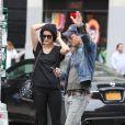 Peter Facinelli et sa fiancée Jaimie Alexander s'embrassent dans les rues de New York, le 16 mai 2015