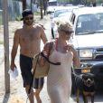 Pamela Anderson et son ex mari Rick Salomon quittent la plage de Malibu le 5 juillet 2013 avec leurs deux chiens dont le rottweiller de Rick et le labrador de Pamela.