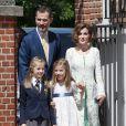 Le roi Felipe VI d'Espagne et la reine Letizia avec leurs filles Leonor, princesse des Asturies, et Sofia le 20 mai 2015 à la paroisse Notre-Dame d'Aravaca, dans la banlieue ouest de Madrid, où Leonor faisait sa première communion.