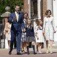 Leonor d'Espagne arrive avec ses parents Felipe et Letizia, sa soeur Sofia et ses grands-parents le 20 mai 2015 à la paroisse Notre-Dame d'Aravaca, dans la banlieue ouest de Madrid, pour sa première communion.