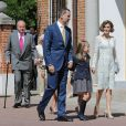 La famille arrive le 20 mai 2015 à la paroisse Notre-Dame d'Aravaca, dans la banlieue ouest de Madrid, pour la première communion de Leonor, princesse des Asturies.