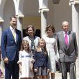 Le roi Felipe VI d'Espagne, la reine Sofia, la reine Letizia, le roi Juan Carlos Ier avec l'infante Sofia et la princesse Leonor dess Asturies lors de la première communion de cette dernière, le 20 mai 2015 à la paroisse Notre-Dame d'Aravaca, dans la banlieue ouest de Madrid.