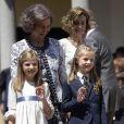 La reine Sofia et la reine Letizia d'Espagne avec l'infante Sofia et Leonor, princesse des Asturies, le 20 mai 2015 à la paroisse Notre-Dame d'Aravaca, dans la banlieue ouest de Madrid, lors de la première communion de Leonor.