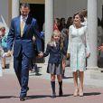 Le roi Felipe VI et la reine Letizia d'Espagne avec leurs filles Leonor et Sofia le 20 mai 2015 à la paroisse Notre-Dame d'Aravaca, dans la banlieue ouest de Madrid, lors de la première communion de Leonor, princesse des Asturies.