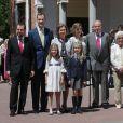 Jesus Ortiz, le roi Felipe VI d'Espagne, la reine Sofia, la reine Letizia, le roi Juan Carlos Ier, Menchu Alvarez del Valle et Paloma Rocasolano avec l'infante Sofia et la princesse Leonor dess Asturies lors de la première communion de cette dernière, le 20 mai 2015 à la paroisse Notre-Dame d'Aravaca, dans la banlieue ouest de Madrid.
