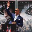 """""""Dwayne Johnson laisse ses empreintes dans le ciment hollywoodien au TCL Chinese Theater à Hollywood, le 19 mai 2015."""""""