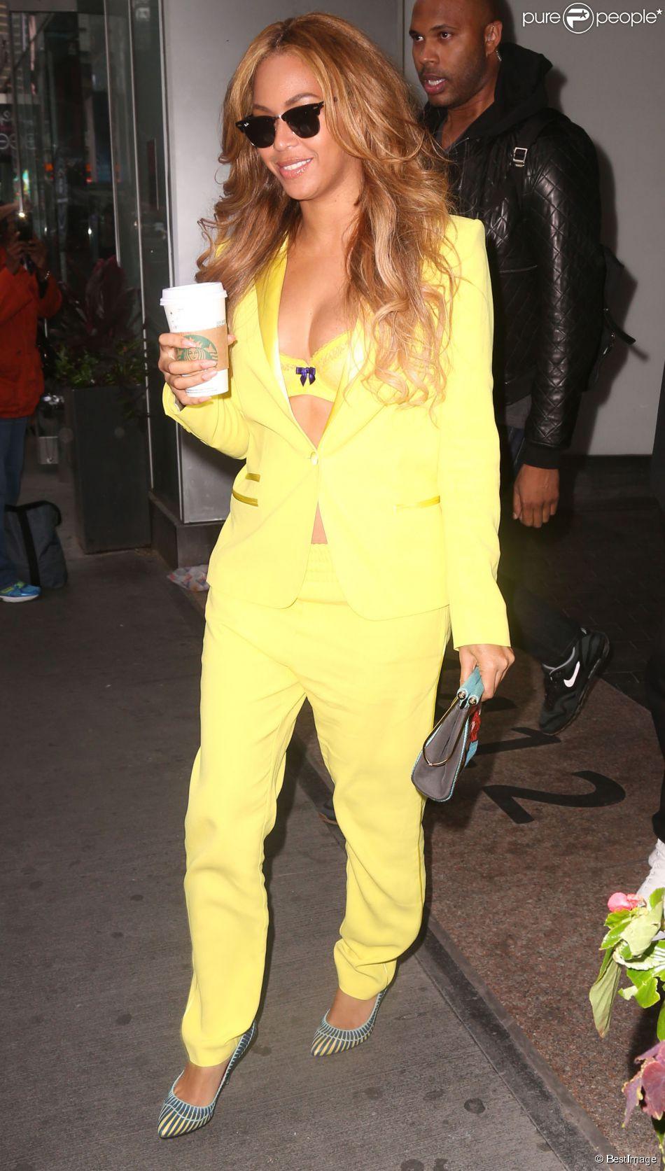 0a5d13f580c8f8 Beyoncé à New York, porte des lunettes Ray-Ban (collection Clubmaster),