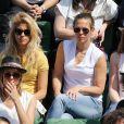 La chanteuse Joyy et Lorie dans les tribunes lors du tournoi de tennis de Roland-Garros à Paris le 27 mai 2015.