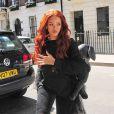 Rihanna de sortie à Londres, porte un pull à cape en tulle Nicopanda (collection printemps-été 2015), un jean noir et des chaussures Manolo Blahnik (modèle Latta). Un sac Mandycoon x Dominic Louis complètent sa tenue. Le 26 mai 2015.