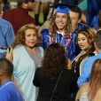 Joseph Baena, le fils d'Arnold Schwarzenegger, reçoit le diplôme de son école à Riverside, le 28 mai 2015, devant sa maman Mildred.