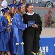 Joseph Baena, le fils illégitime de Arnold Schwarzenegger, reçoit le diplôme de son école à Riverside, le 28 mai 2015, devant sa maman Mildred.