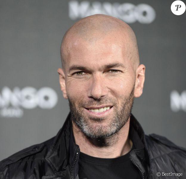 Zinédine Zidane, nouvelle égérie souriante de la marque Mango, lors de la présentation de la nouvelle campagne de pub de la marque à Madrid, le 19 janvier 2015