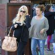Jessica Simpson, enceinte, se rend chez sa mere Tina avec son fiance Eric Johnson et leur fille Maxwell, avant d'aller faire du shopping a Los Angeles, le 17 avril 2013