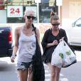 Ashlee Simpson fait du shopping avec sa mere Tina a Hawaii. Le 27 décembre 2012