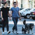 Zachary Quinto et son petit ami Miles McMillan se promènent en amoureux avec leurs chiens dans les rues de New York, le 14 mai 2015