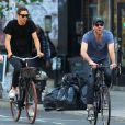Exclusif - Zachary Quinto et son petit ami Miles McMillan font du vélo dans les rues de New York, le 14 mai 2015