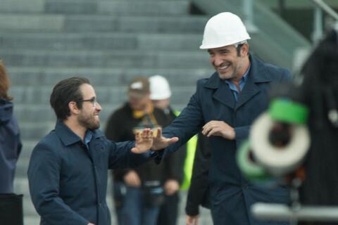 Jean Dujardin complice avec sa doublure nain dans ''Un homme...''