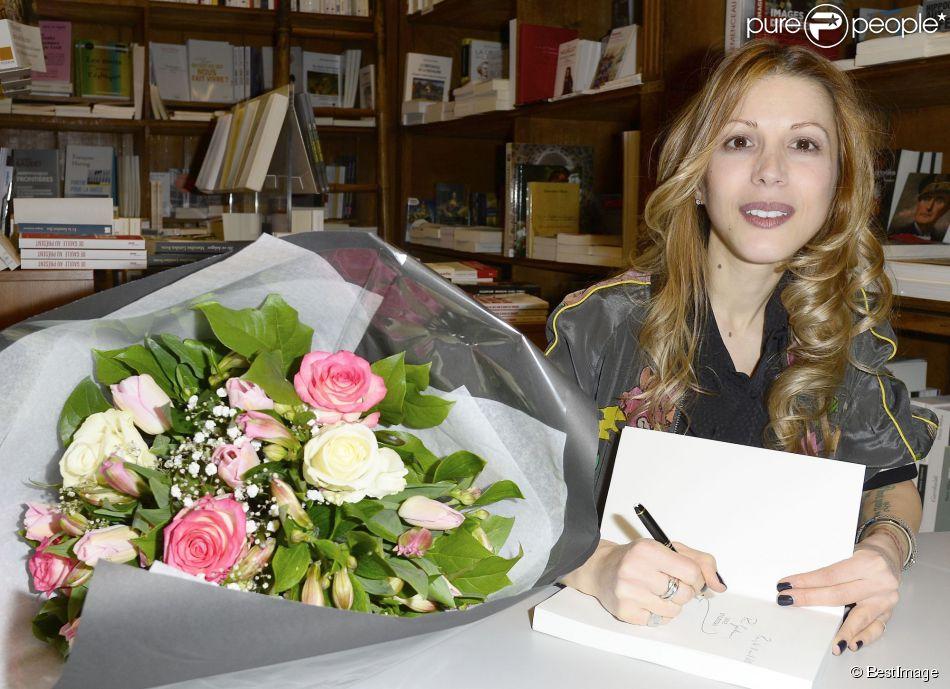 """Dédicace du nouveau livre de Tristane Banon """"Love et caetera"""" à la librairie Delamain à Paris, le 2 avril 2015."""