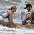 Teresa Palmer, son mari Mark Webber et leur fils Bodhi profitent d'une journée ensoleillée et en famille sur une plage de Maui, à Hawaï. Le 2 juin 2015.
