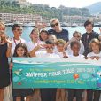 La princesse Charlene de Monaco a rencontré chaleureusement les onze écoliers lauréats du concours Snapper pour tous organisé par sa fondation et l'Institut océanographique monégasque, le 10 juin 2015, après leur sortie en mer à bord du Yerson, qui leur a permis de voir des dauphins.
