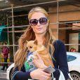 Paris Hilton et Tinkerbell à Beverly Hills, Los Angeles, le 24 février 2015