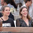 Juliette Maillot et Charlotte Casiraghi reconnaissent le parcours lors du Longines Paris Eiffel Jumping au Champ-de-Mars à Paris, le 4 juillet 2015.