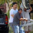 Exclusif - Josh Duhamel reçoit des appareils de musculation à son domicile à Brentwood, le 23 juin 2015.