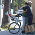 Exclusif - Josh Duhamel part en vélo avec son fils Axl prendre son petit déjeuner à Los Angeles le 20 juin 2015