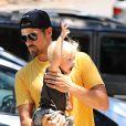 La chanteuse Fergie en famille avec son mari Josh Duhamel et leur fils Axl à Brentwood le 19 juin 2015