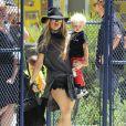 Fergie et son fils Axl quittent un parc à Brentwood le 26 juin 2015.