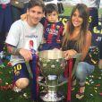 Lionel Messi avec sa compagne Antonella Roccuzzo et leur fils Thiago lors de la célébration du titre de champion d'Espagne, au Camp Nou de Barcelone, le 23 mai 2015
