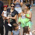 Kim, Kourtney Kardashian et leurs filles North et Penelope au parc d'attractions Disneyland. Anaheim, le 8 juillet 2015.