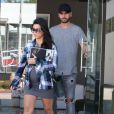 Kourtney Kardashian ( enceinte ) avec une boisson à la main fait du shopping à Beverly Hills Los Angeles, le 26 septembre 2014