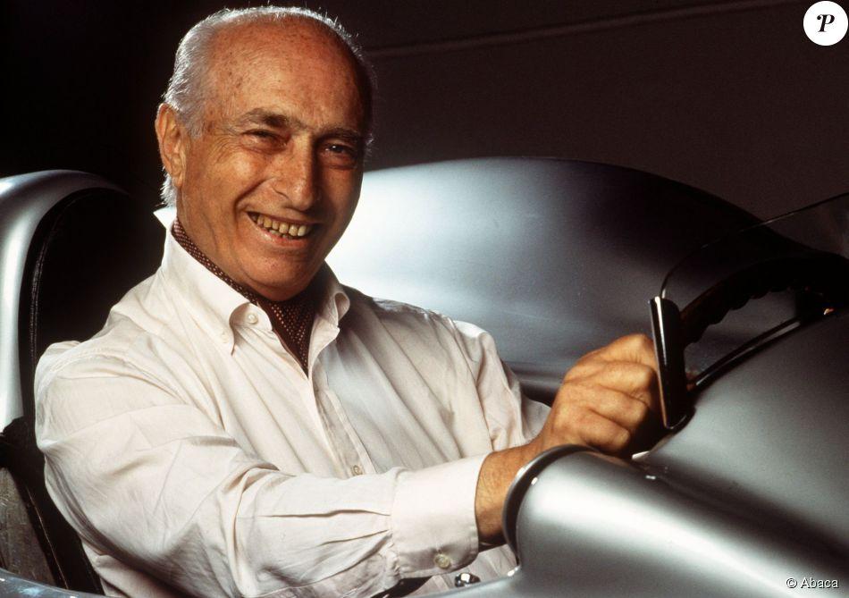 Juan Manuel Fangio est décédé à 84 ans le 17 juillet 1995. Ses restes, enterrés dans sa ville natale de Balcarce, seront exhumés en août 2015 dans le cadre de la procédure en reconnaissance de paternité d'Oscar Espinosa.