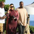 Kim Kardashian, enceinte, son mari Kanye West et Steve Stoute (en t-shirt blanc) sont allés déjeuner au restaurant Nobu à Malibu, le 11 juillet 2015.