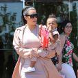 Kim Kardashian et sa fille North West, la main dans le sac de popcorn, quittent le cinéma Edwards Calabasas Stadium 6 aux Commons, à Calabasas. Le 12 juillet 2015.